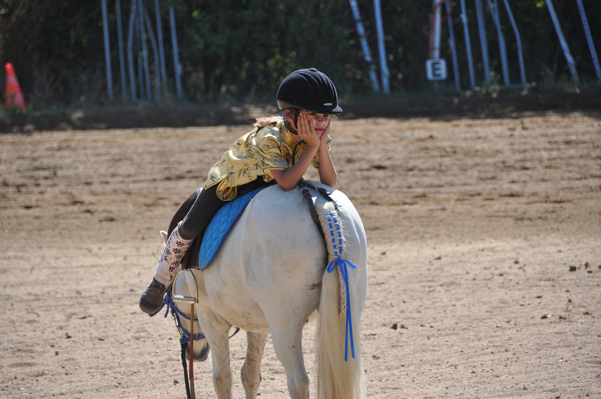 Kind nachdenklich auf Pferd, Wünsche